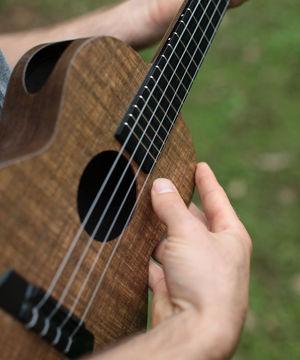 picking hand ukulele